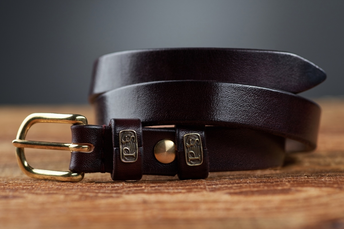An exquisite 20mm belt with a brass buckle bordeaux